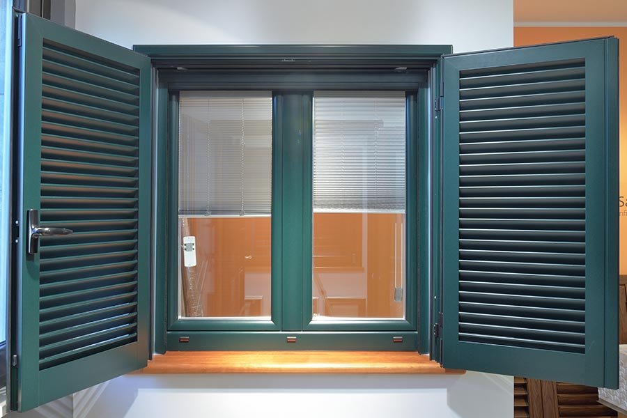 Veneziane elettriche good tenda veneziana in tela elettrica per finestra da tetto with - Finestra con veneziana interna prezzo ...